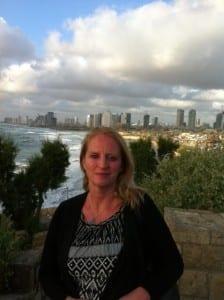 Petra Hemming vor der Skyline von Tel Aviv