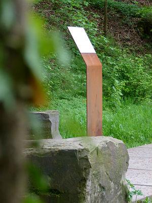 Stele am Lyrikpfad. Foto: Wolfgang Heuwinkel