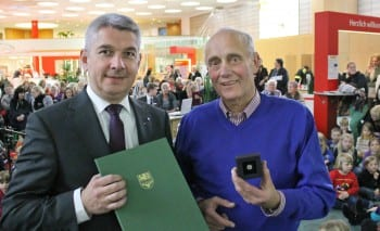 Lutz Urbach überreicht Klaus Heider die Ehrennadel