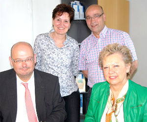Benedikt Merten (MKH Geschäftsführer), Sabine Martin (Pflegedirektorin), Uwe Fabick (stellv. Pflegedienstleiter), Annegret Fleck (Regionaldirektorin AOK Rheinland/Hamburg)
