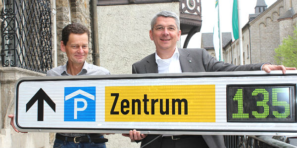 Lutz Urbach stellt mit Martin Hardt das neue Parkleitsystem vor