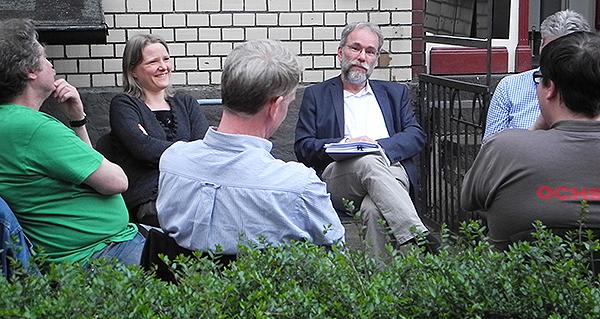 Der Stammtisch fand dieses Mal vor dem Redaktionsgebäude statt: Peter Baeumle-Courth in der Diskussion