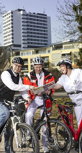 MKH-Mitarbeiter mit dem Rad vor dem Krankenhaus