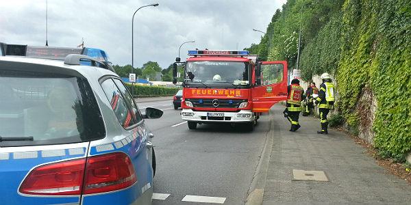 Weitere Kräfte der Feuerwehr hielten sich vor dem Werksgelände bereit