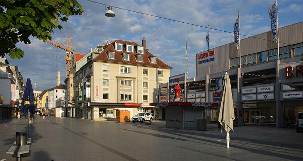 Das Loewencenter von der Hauptstraße aus. Foto: Klaus Hansen