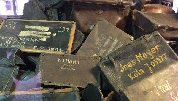 In Auschwitz wurden die Menschen aufgefordert, ihren Namen auf ihren Koffer zu schreiben. Im Glauben, dass sie hier nur vorübergehend seien.