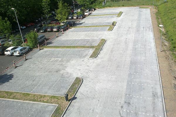 Der erweiterter Parkplatz, links die alten Stellplätze