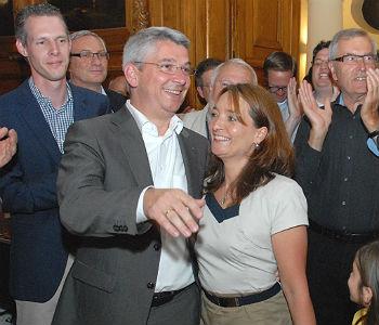 Lutz Urbach wird am Wahlabend gefeiert.
