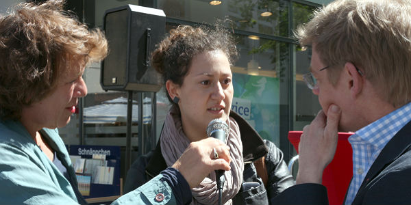 Juditta Mönch und Michael Schubek im Gespräch mit einer Bürgerin
