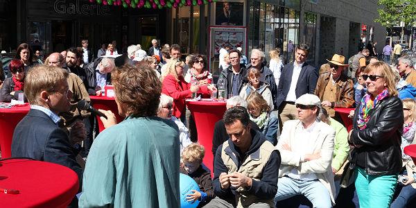 Beteiligte Bürger vor der RheinBerg Galerie