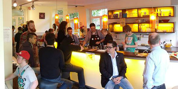 Jungpolitiker und Jugendliche im Café Leichtsinn