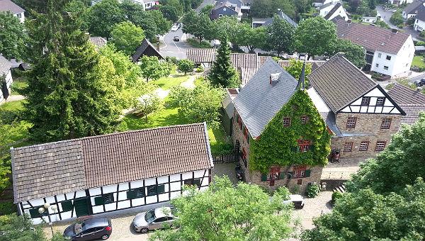 Das Museum mit Hauptgebäude, Garten und zahlreichen Nebengebäuden