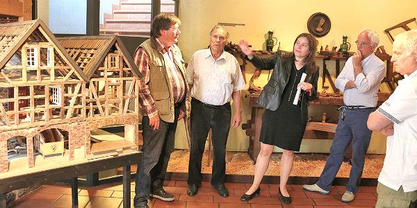 Mitarbeiter des Museums und des Fördervereins präsentieren das Mühlenmodell
