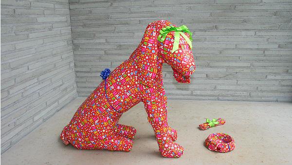 Charlotte Scholl: Verpackter Hund