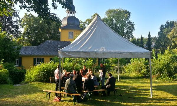 Völlig unbehelligt vom Verkehr tagt die Zukunftswerkstatt im Garten der Gnadenkirche