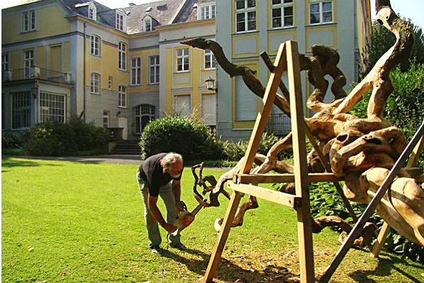 Georg Becker bei der Arbeit im Park des Kulturhauses Zanders. Foto: Evelyn Barth