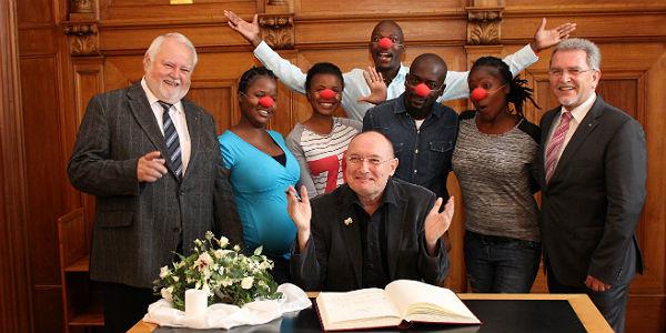 Josef Willnecker in seinem Element: Empfang für ein Clownprojekt aus Südafrika