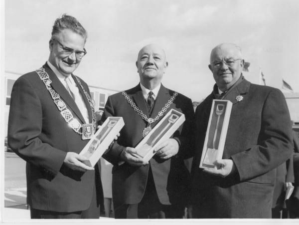 Der damalige Bürgermeister Ulrich Müller-Frank mit der Bürgermeisterkette und Vertretern aus den Partnerstädten Joinville-le-Pont und Egham 1966