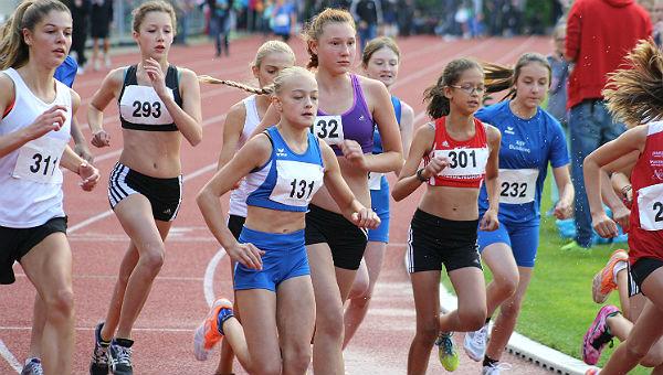 Die Mädchen der U16 bei der Bahnlaufserie in Bergisch Gladbach