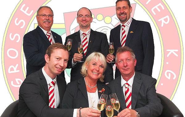 Das Dreigestirn 2015:  Prinz Peter, Jungfrau Corinna, Bauer Rolf (vorne, von links). Dahinter: Michael Hiltscher( Prinzenführer), Alexander Pfister (Präsident), Axel Müller (1. Vorsitzender)
