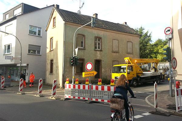 Die Einfahrt von der Odenthaler in die Jägerstraße ist gesperrt, Umleitung  über das Engelsgut ist ausgeschildert