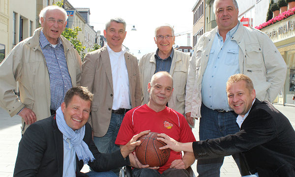 Die Beteiligten: Peter Lind (Partnerschaftsverein), Henning Schmitz (Stadtfest), Bürgermeister Lutz Urbach, Bernd Pasman (Köln 99ers), Axel Becker (Partnerschaftsverein), Uwe Tillmann (Soziale Stadtentwicklung), Stephan Dekker (Bürgermeisterbüro)