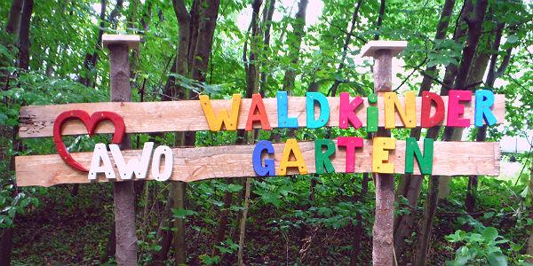 Das Schild zum Waldkindergarten an der Dombach-Sander-Straße