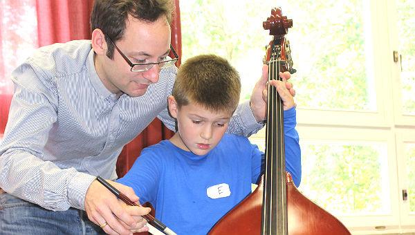 Schüler der Grundschule probieren sich am Bass aus.