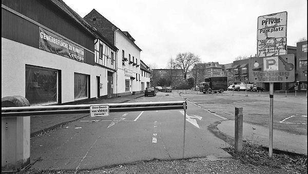 Der Parkplatz zwischen Paas und Bergischen Löwen