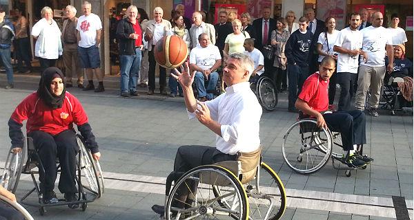Bürgermeister Lutz Urbach griff kurz beim Rollstuhl-Basketball selbst ein