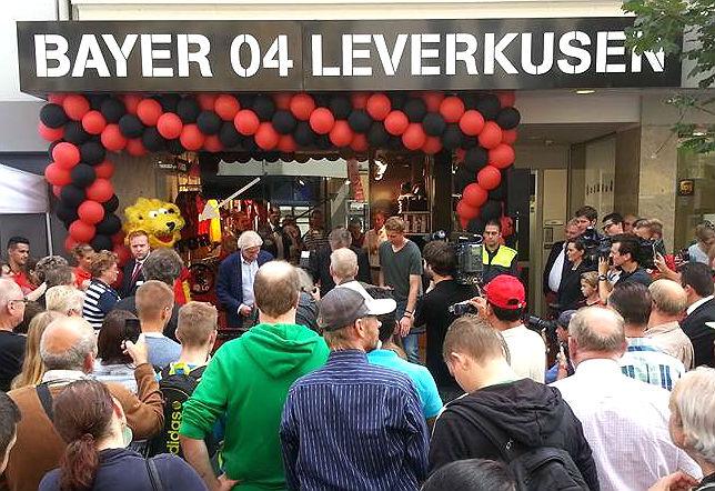 Rudi Völler und Stefan Kießling bei der Eröffnung des Fanshops in Bergisch Gladbach