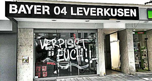 Der Fanshop am frühen Morgen. Foto: lev-rheinland