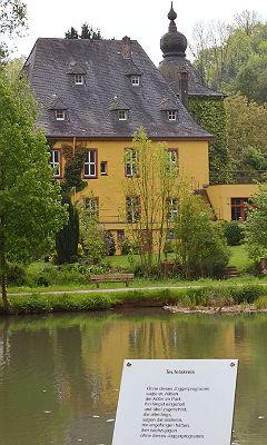 Der Lyrikpfad gegenüber der Burg Zweiffel