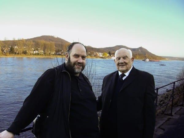 Gerd J. Pohl und P. Willi Beine vor dem Siebengebirge. Foto: Angelika Pohl