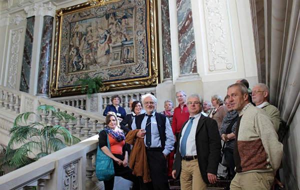 Gruppe im Treppenhaus des Pszczynaer Schlosses