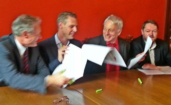 Gut gelaunt bei der Vertragsunterzeichnung: SPD-Chef Robert Winkels, CDU-Chef Thomas Hartmann, SPD-Fraktionschef Klaus Waldschmidt, CDU-Fraktionschef Peter Mömkes
