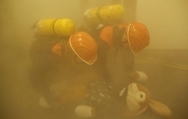 Das Maskottchen wird gerettet. (Quelle: Feuerwehr Bergisch Gladbach)