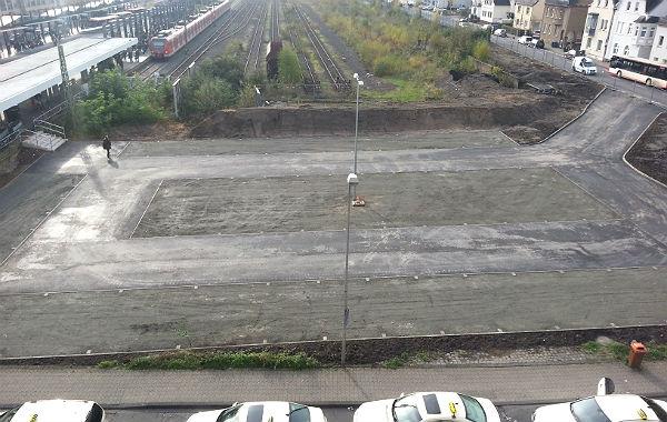 Der Parkplatz aus der Vogelperspektive. Rechts die Zufahrt von der Jakobstraße.