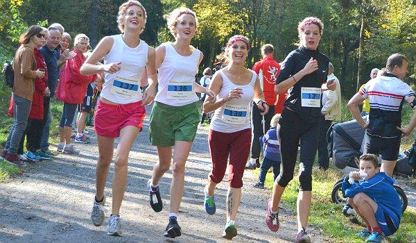Teilnehmerinnen auf der 10-km-Strecke des Refrather Herbstlaufes 2014