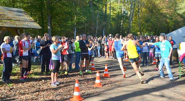 Die Führungsgruppe beim Halbmarathon des Refrather Herbstlaufs 2014