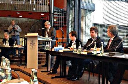 Bürgermeister Lutz Urbach bringt den Etat für 2015 im Stadtrat ein