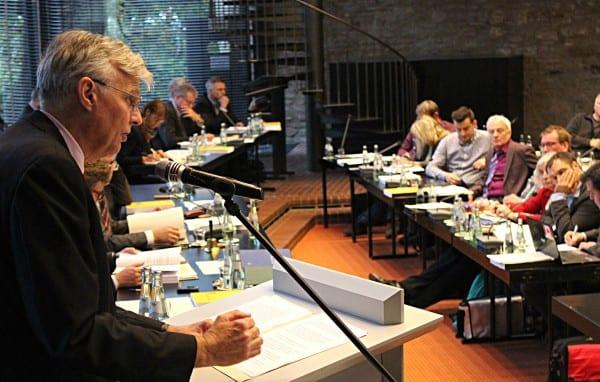Jürgen Mumdey bei der Vorstellung des Etats im Bensberger Ratsaal
