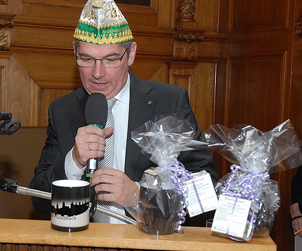 Bürgermeister Lutz Urbach verschenkt Thermotassen für die kalten Tage