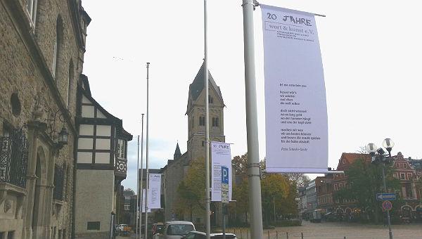 Die Gedicht-Fahnen hängen vor dem Rathaus und an anderen Orten in Gladbach und Bensberg