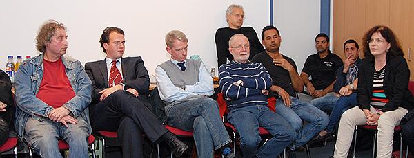 Engagierte Debatte der Teilnehmer am Stammtisch ohne Tisch