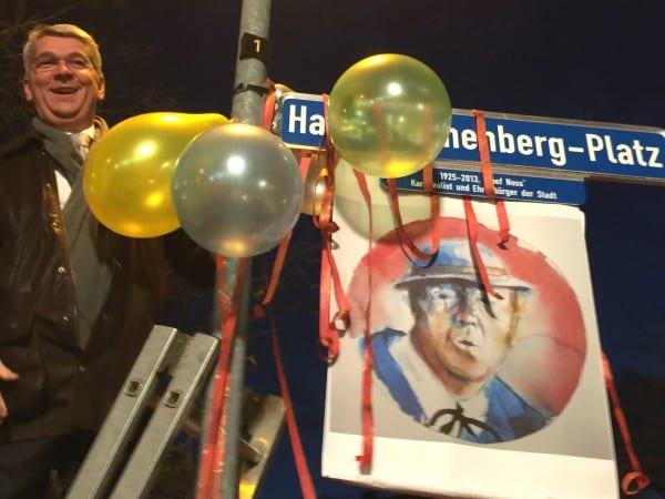 Bürgermeister Lutz Urbach enthüllte das Namensschild vor hunderten begeisterten Zuschauern