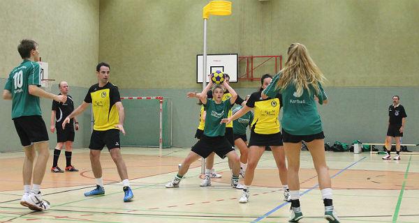 Steffen Hepperkausen (TuS Schildgen in grün, mit Ball), der Martin Schafföner (10) und Hannah Freund im Angriff unterstützt. Auf Pegasusseite (gelb) ist Henning Eberhardt in der Verteidigung.