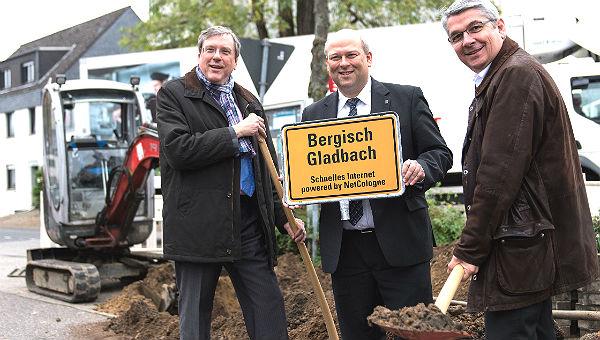 Klaus Kaiser (Belkaw), Patrick Helmes (NetCologne) und Bürgermeister Lutz Urbach beim Spatenstich für den Glasfaserausbau in Bergisch Gladbach. Foto: Marius Becker