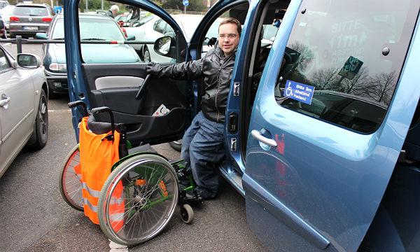 Rollstuhlfahrer Markus D´Hom demonstrierte beim Pressetermin, wie er mit seinem Rollstuhl in das Auto ein- und aussteigt.