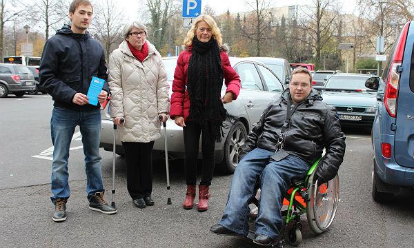 die an dieser Aktion beteiligten Verwaltungsmitarbeiter/innen: v.l. Tim Rademacher, die Behindertenbeauftragte Hildegard Allelein, Ordnungsamtsleiterin Ute Unrau und Rollstuhlfahrer Markus D´Hom.